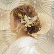ルーズなアップスタイルにドライフラワーの髪飾り✿ベージュ×黄色×緑の組み合わせが◎