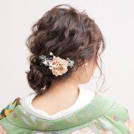 Hair side ゆる~くまとめたアップスタイル。シニヨンは無造作に引き出したのがポイント