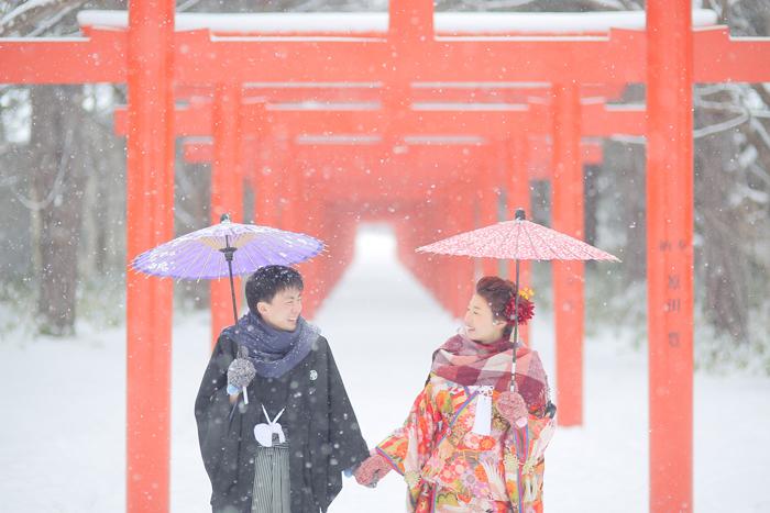 冬のロケフォトウエディングの伏見稲荷神社